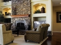 Камин-облицованный-камнем-в-большой-современной-гостиной