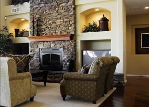 Камин, облицованный камнем, в большой современной гостиной