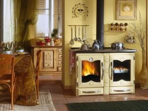 Печь-камин в кухне