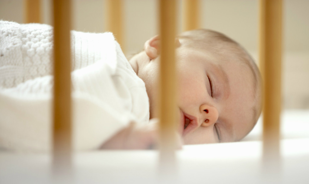 bebe-dormindo-sozinho-no-berço-1024x609
