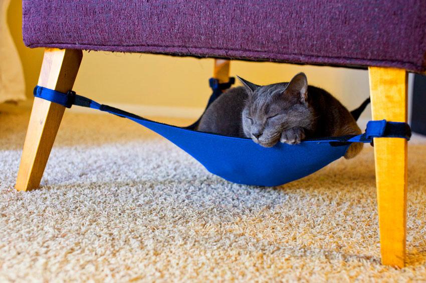 Гамак для кота под креслом