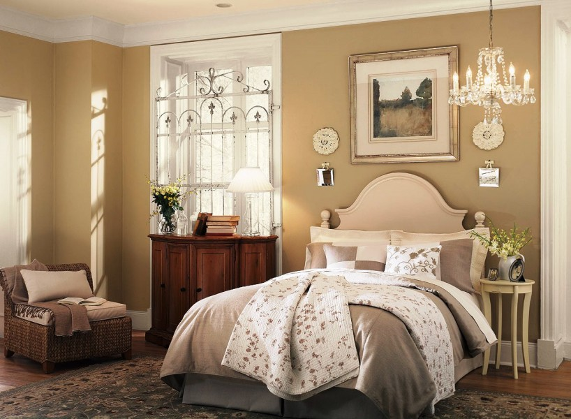 Relaxing-Neutral-Bedroom-Decorating-818x600