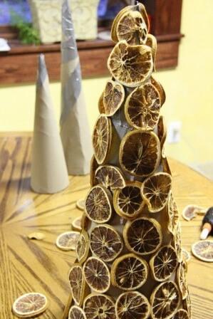 Ёлка из сушеных цитрусовых и шишек