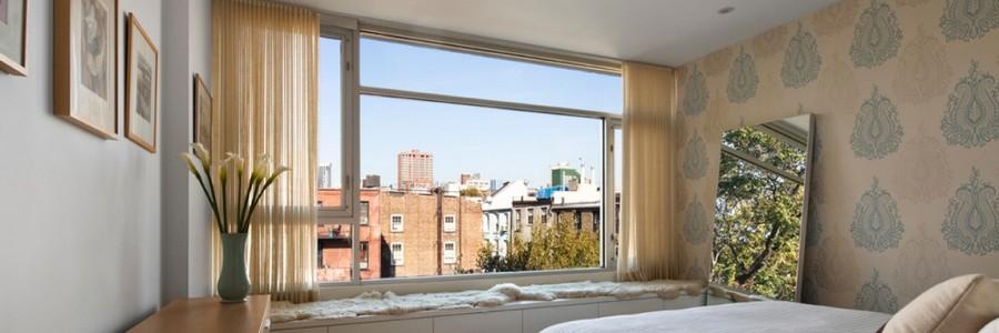 дизайн спальни с большим окном