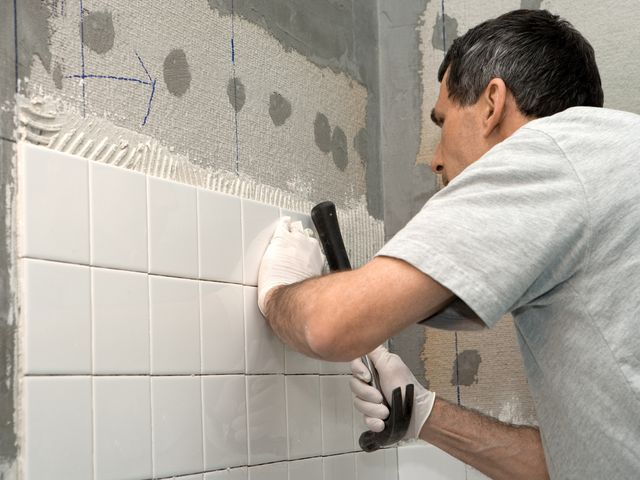 Способы укладки керамической плитки в ванной