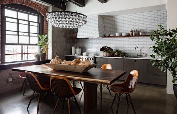 кухня с изящной хрустальной люстрой