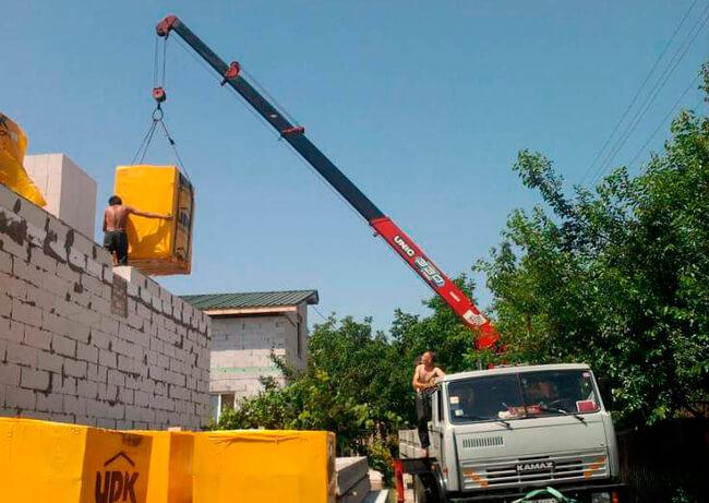 Применение кранов манипуляторов в возведении домов