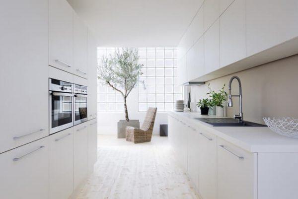 Изысканная кухня белого цвета 2017