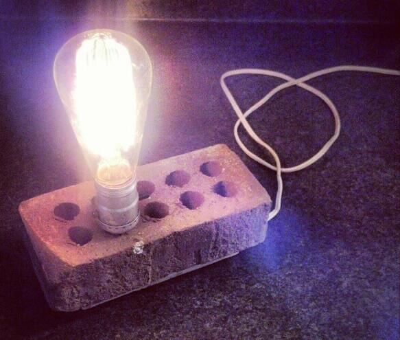 лампа в кирпиче